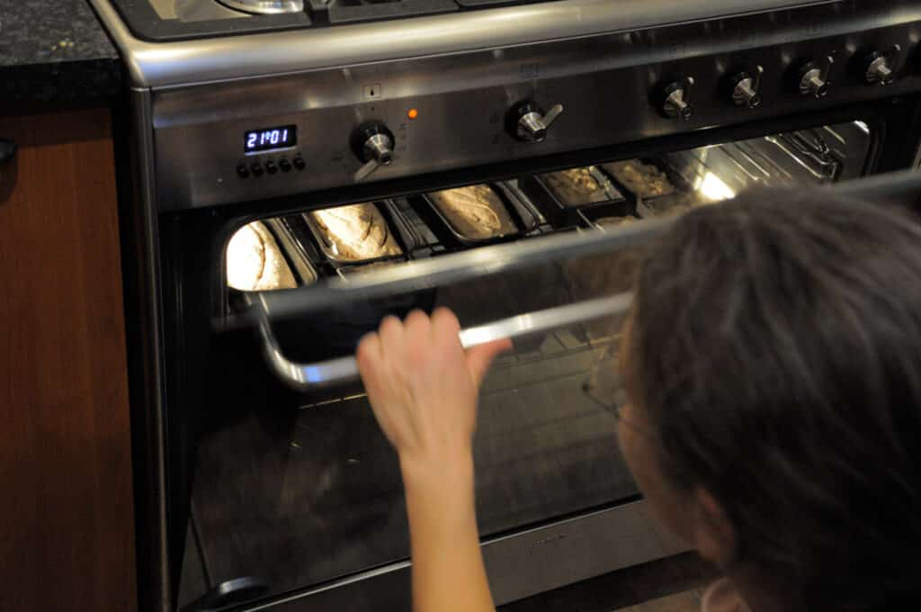 Oven vol met glutenvrije broodjes