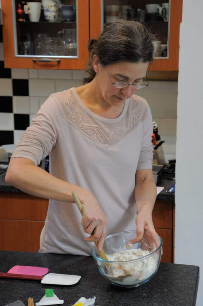Annemieke Glutenvrij aan het werk in de glutenvrije keuken. Ik laat zien hoe makkelijk je een glutenvrij deeg kunt maken.