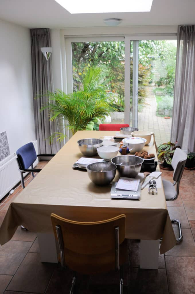 Workshoplocatie. Grote tafel met mise en place voor de workshop glutenvrij bakken