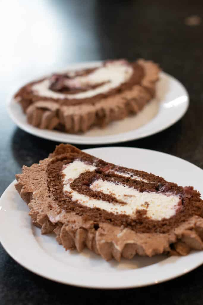 chcolade cake rol, biscuitrol met kastanjeroom en jam