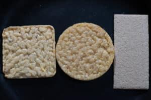 Linzen crackers, gezond, glutenvrij en lekker. Drie soorten op een donkere achtergrond, vierkant, rond en langwerpig.