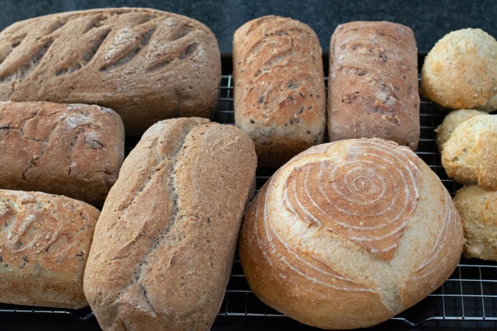 Diverse glutenvrije broden gebakken tijdens de workshop glutenvrij broodbakken van AnnemiekeGlutenvrij